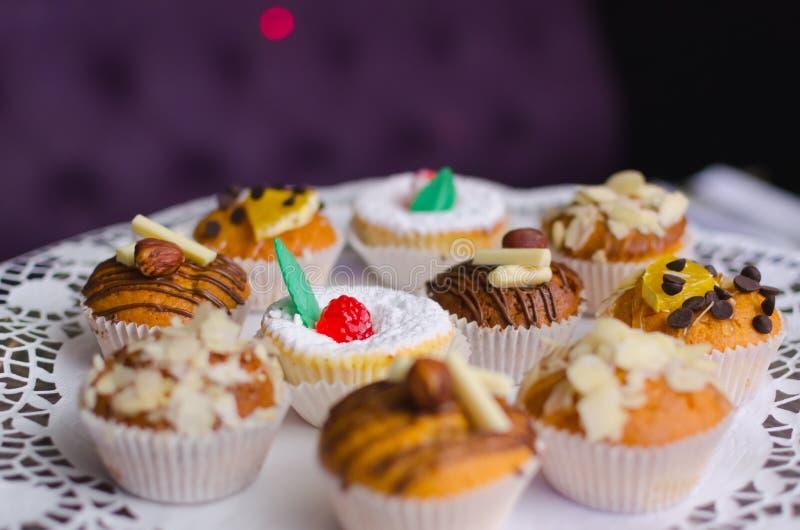 Velen zoete verjaardag cupcakes met room stock foto