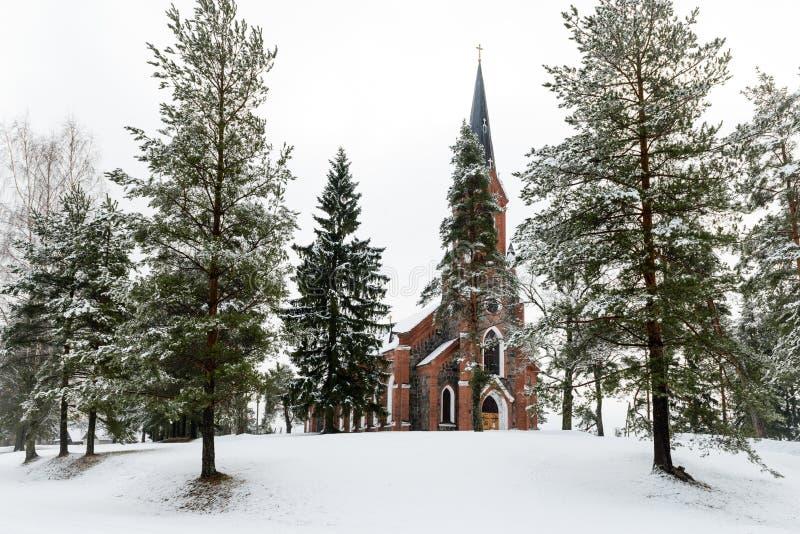 Velena Ev Lutherankyrka i Lettland på vintern royaltyfri foto