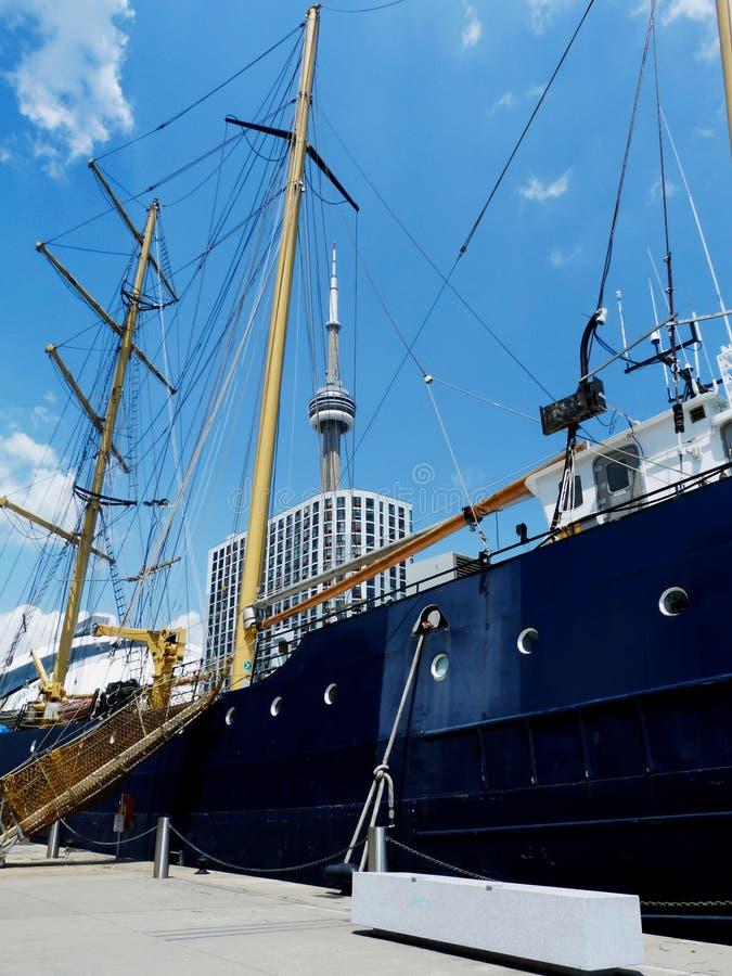 velero azul bajo día de verano brillante del cielo azul en el puerto de Toronto fotografía de archivo libre de regalías