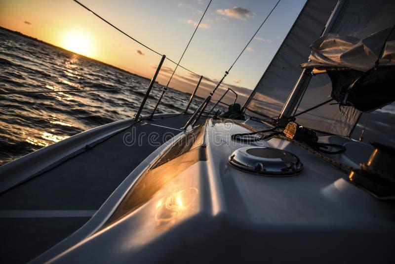 Velero en el mar abierto en la puesta del sol imagen de archivo libre de regalías