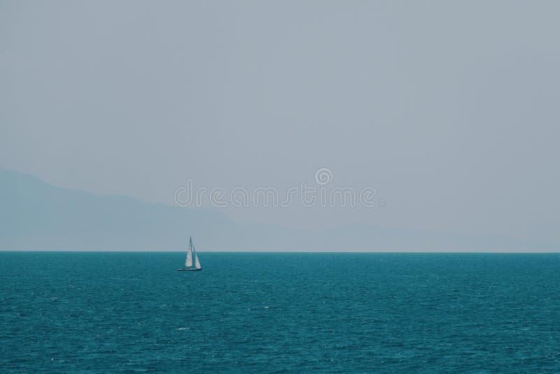 Velero en el mar azul en verano fotografía de archivo libre de regalías