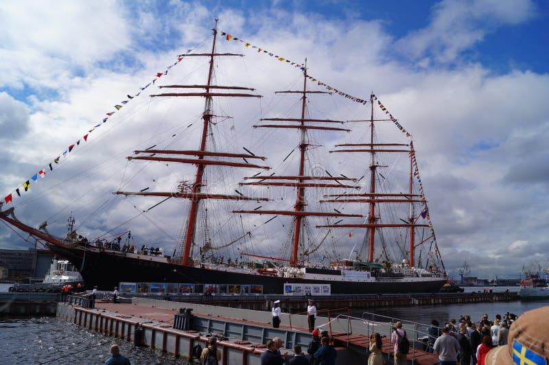 Velero en el puerto de St Petersburg fotos de archivo