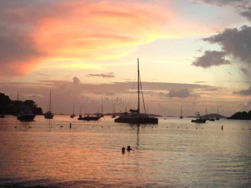 Velero en la bahía en la oscuridad fotografía de archivo libre de regalías