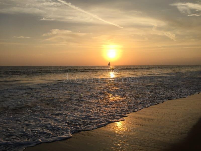 Velero en la puesta del sol imagen de archivo libre de regalías