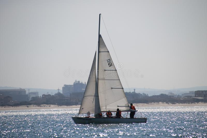 Velero en las aguas mediterráneas chispeantes imágenes de archivo libres de regalías