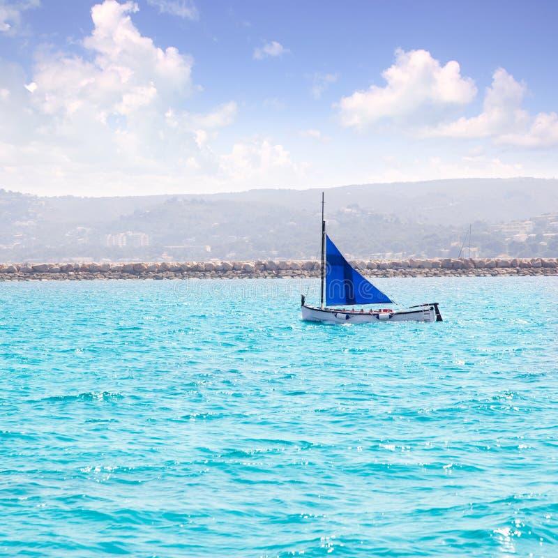 Velero mediterráneo tradicional de la vela del barco latino del llaut foto de archivo