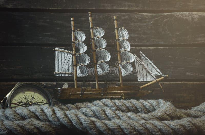 Velero, nauticalcompass y cuerda el amarrar foto de archivo libre de regalías