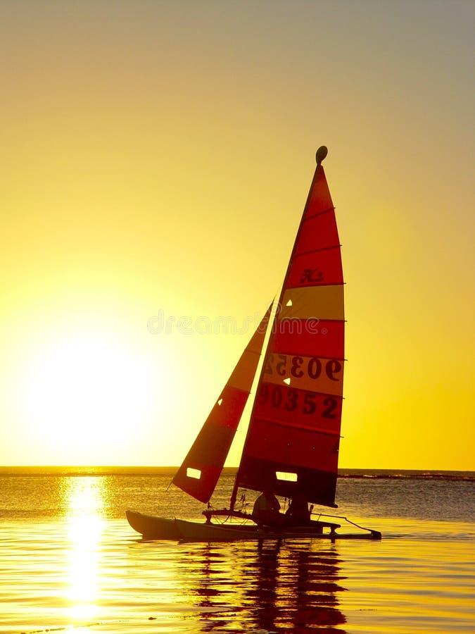 Velero, puesta del sol imagen de archivo