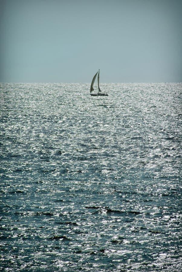 Velero solo en el agua en buen tiempo yachting imagen de archivo libre de regalías