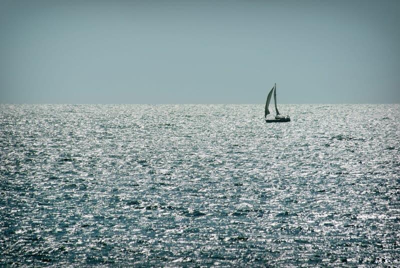 Velero solo en el agua en buen tiempo yachting fotografía de archivo