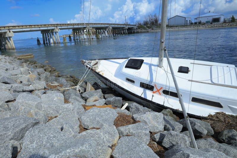 Veleros dañados, destruidos, y lavados en tierra por el Irm del huracán imagen de archivo libre de regalías
