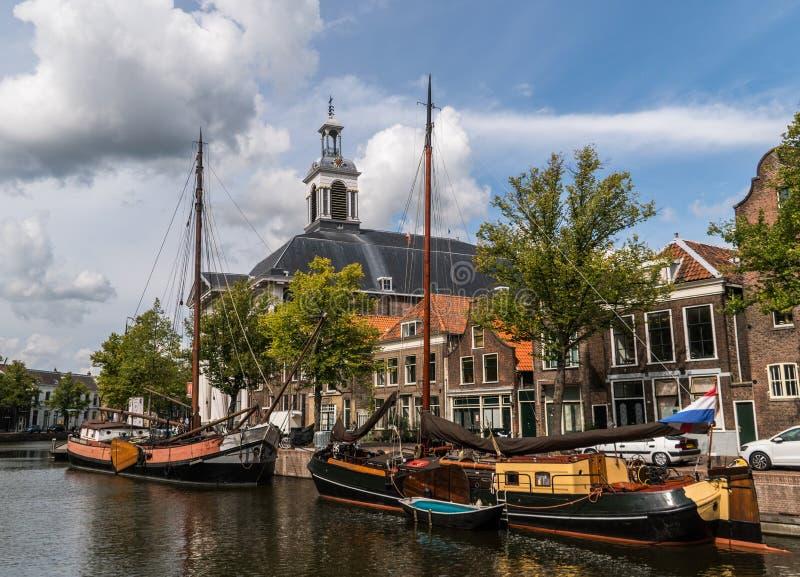 Veleros de madera tradicionales en canal de agua Iglesia en fondo Puerto histórico viejo de Schiedam, imagen de archivo libre de regalías