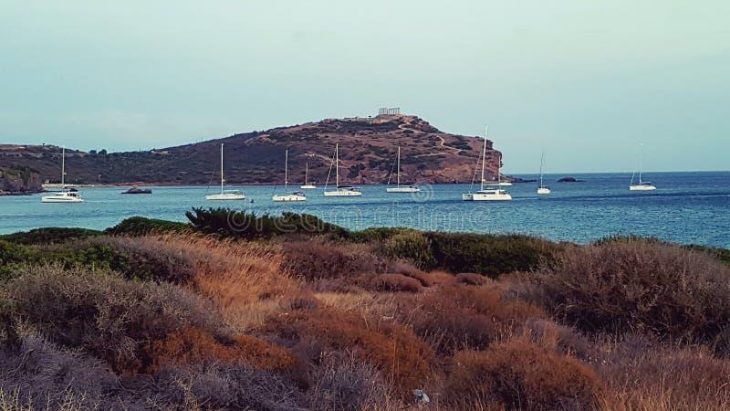 Veleros en la bahía, templo de Sounion del cabo, Grecia imagen de archivo