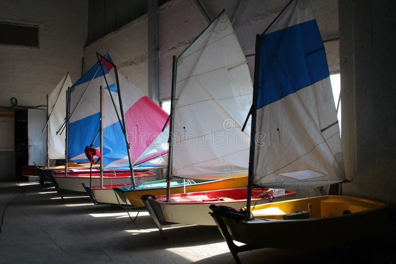 veleros en la vertiente del barco imagenes de archivo