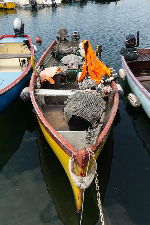 Veleros y barcos de pesca en Lazise en el lago Garda imagenes de archivo