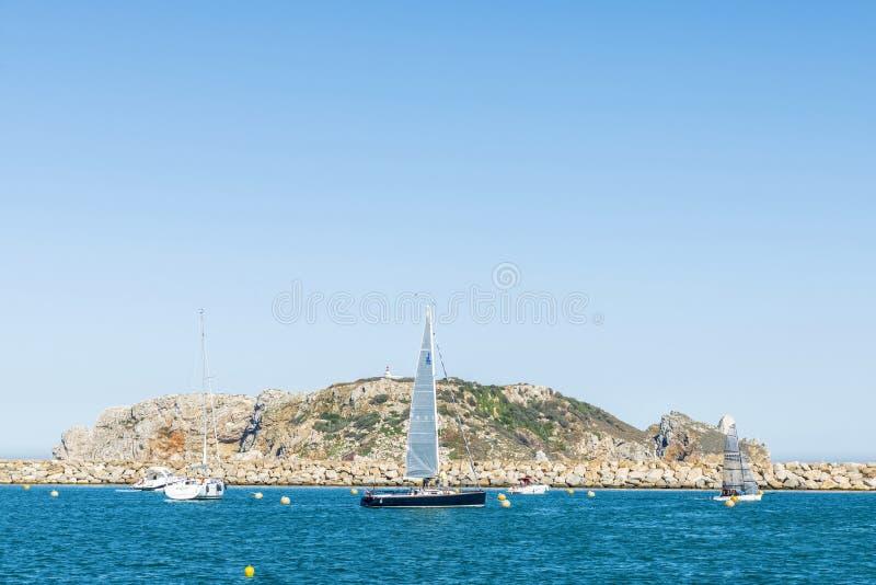 Veleros y yates que navegan en las islas de Medes en la costa B imagenes de archivo