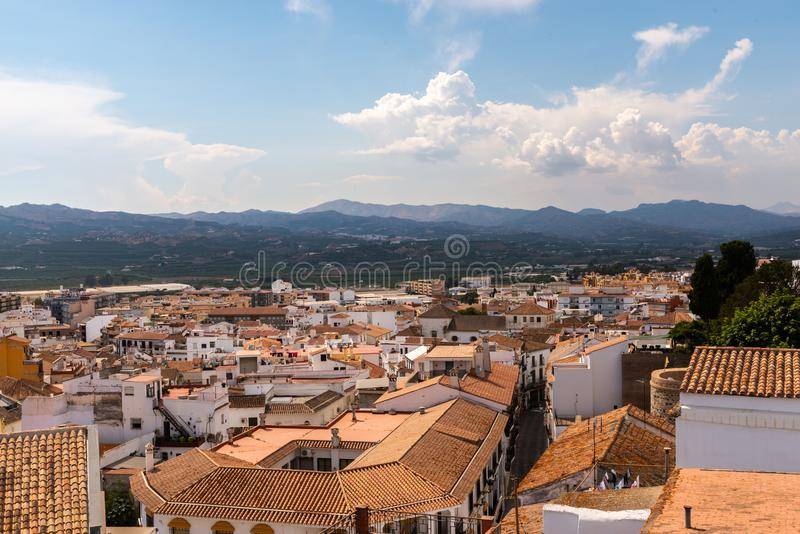 VELEZ-MALAGA,西班牙- 2018 8月17日,视图在小的大厦 库存图片