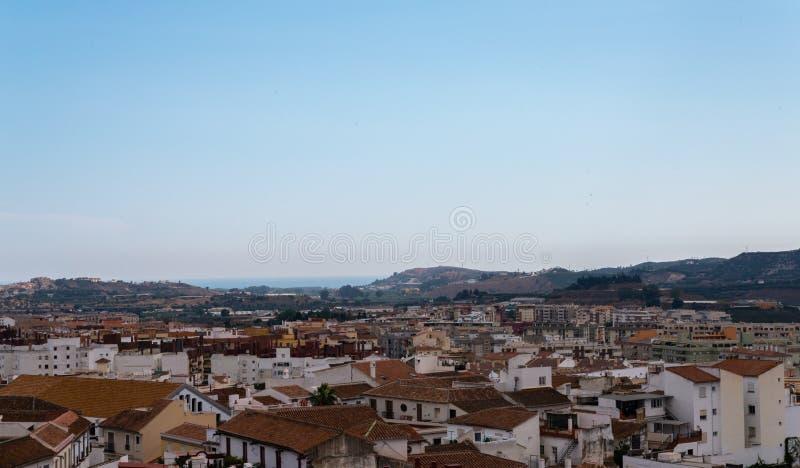 VELEZ-MALAGA, взгляд ИСПАНИИ - 17-ое августа 2018 зданий в малом стоковая фотография rf