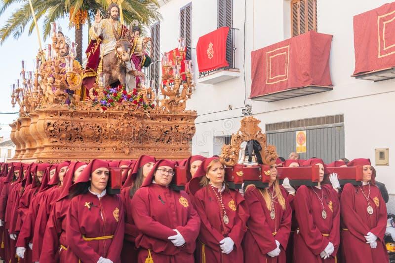 VELEZ-MALAGA, ESPAÑA - 25 DE MARZO DE 2018 gente que participa en la procesión conectada en una semana santa en una ciudad españo fotos de archivo