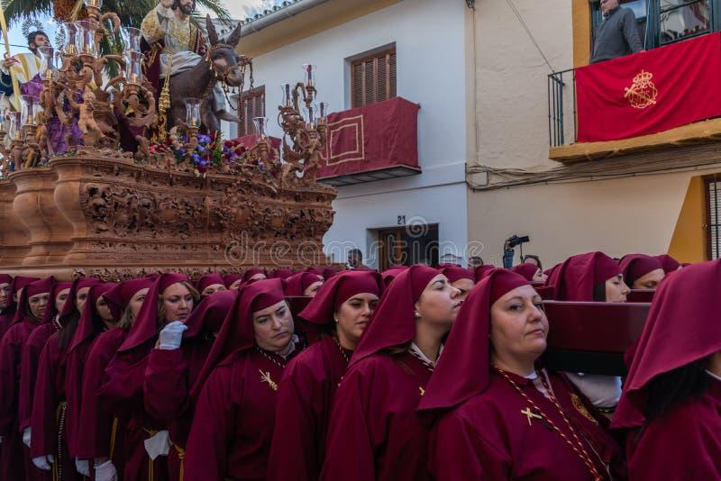 VELEZ-MALAGA, ESPAÑA - 25 DE MARZO DE 2018 gente que participa en la procesión conectada en una semana santa en una ciudad españo fotos de archivo libres de regalías