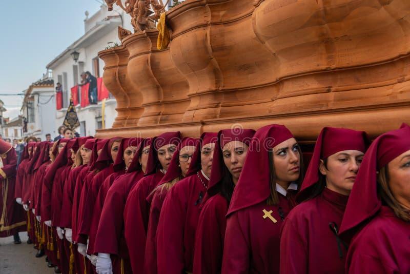 VELEZ-MALAGA, ESPAÑA - 25 DE MARZO DE 2018 gente que participa en la procesión conectada en una semana santa en una ciudad españo imágenes de archivo libres de regalías