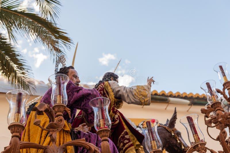 VELEZ-MALAGA, ESPAÑA - 25 DE MARZO DE 2018 gente que participa en la procesión conectada en una semana santa en una ciudad españo foto de archivo libre de regalías