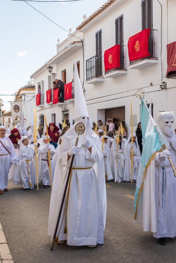 VELEZ-MALAGA, ESPAÑA - 25 DE MARZO DE 2018 gente que participa en la procesión conectada en una semana santa en una ciudad españo fotografía de archivo