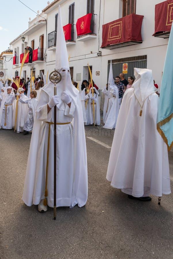 VELEZ-MALAGA, ESPAÑA - 25 DE MARZO DE 2018 gente que participa en la procesión conectada en una semana santa en una ciudad españo fotografía de archivo libre de regalías