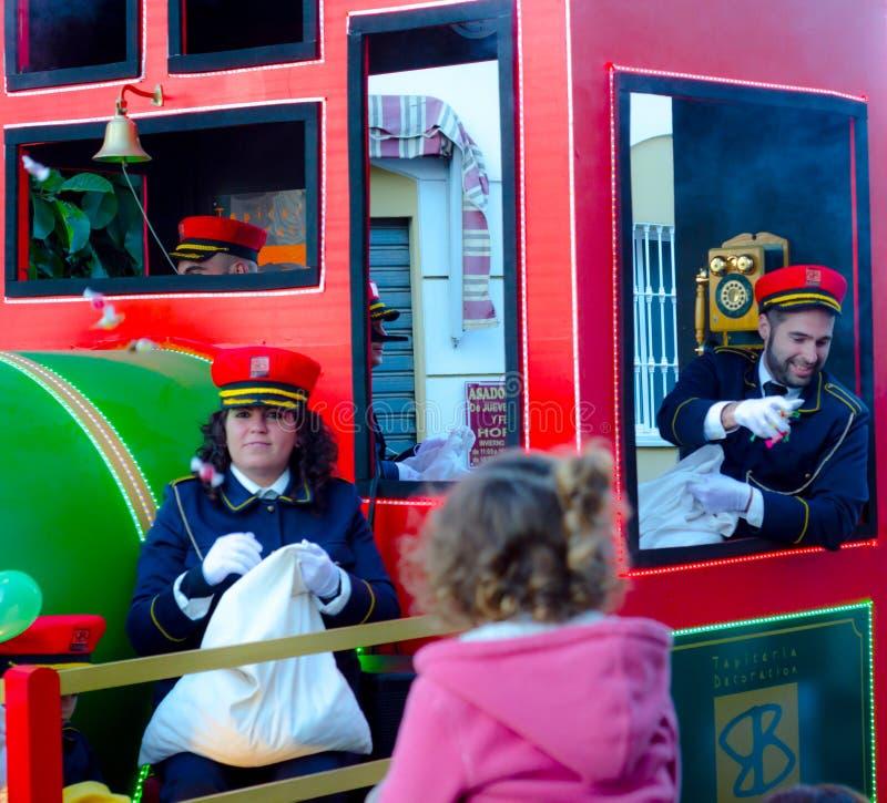 VELEZ-MALAGA, ESPANHA - 5 DE JANEIRO DE 2018 Parada por ocasião do feriado na Andaluzia, esmagamento do esmagamento que comemora  imagem de stock