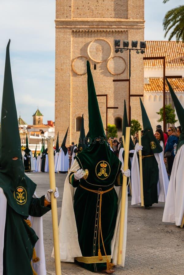 VELEZ-MALAGA, SPANIEN - 29. M?RZ 2018 Leute, die an der Prozession in der Karwoche in einer spanischen Stadt teilnehmen stockfoto
