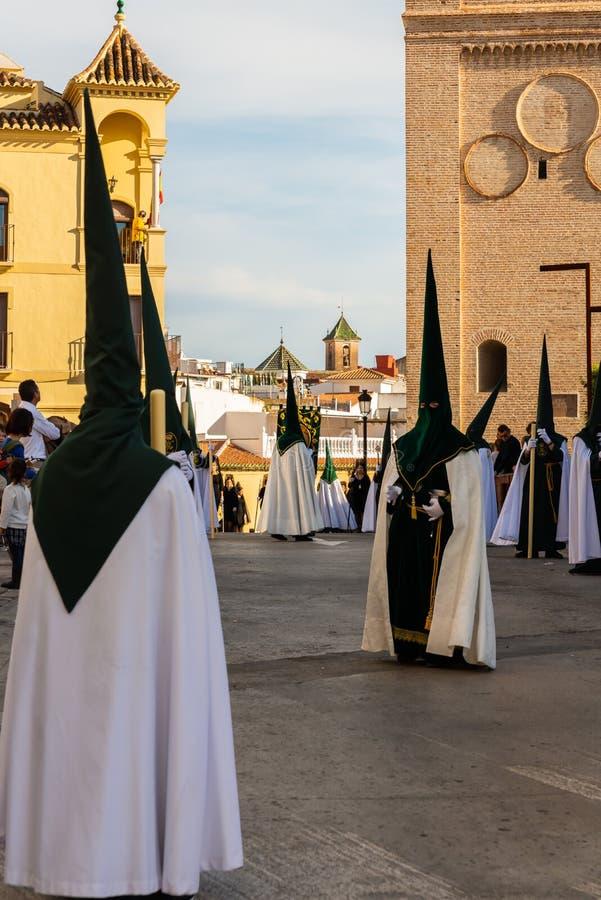 VELEZ-MALAGA, SPANIEN - 29. M?RZ 2018 Leute, die an der Prozession in der Karwoche in einer spanischen Stadt teilnehmen lizenzfreies stockbild
