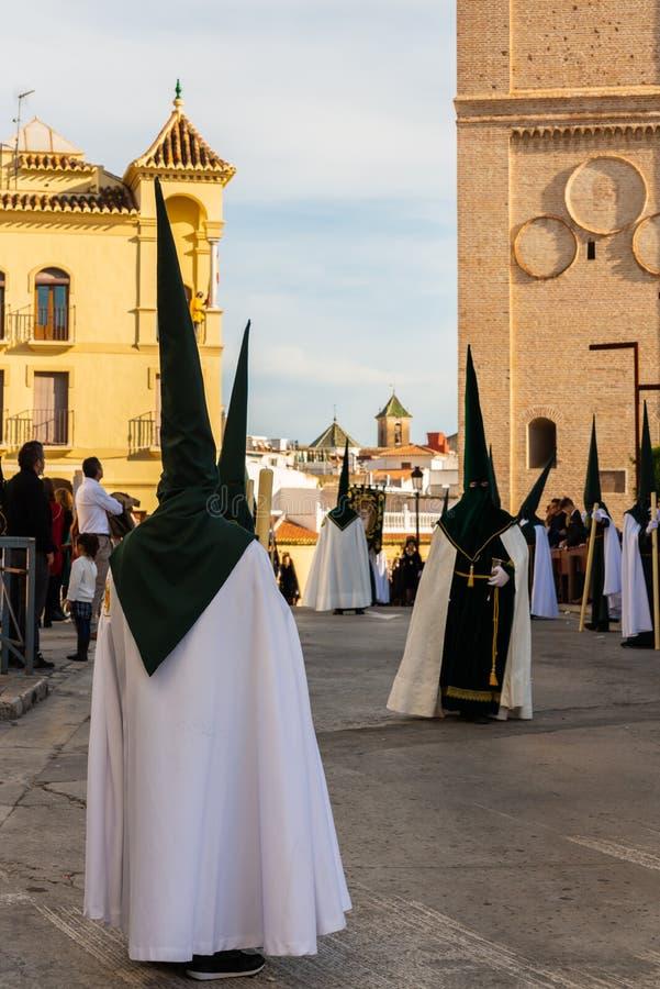 VELEZ-MALAGA, SPANIEN - 29. M?RZ 2018 Leute, die an der Prozession in der Karwoche in einer spanischen Stadt teilnehmen lizenzfreies stockfoto