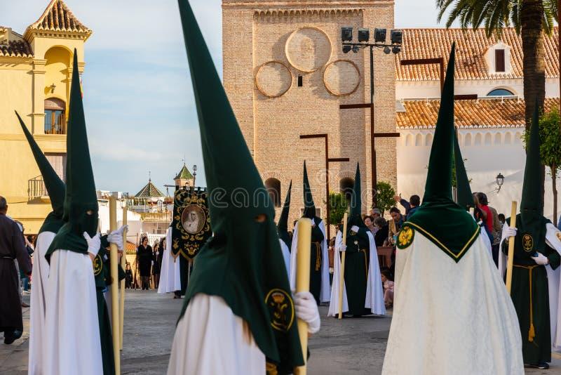 VELEZ-MALAGA, SPANIEN - 29. M?RZ 2018 Leute, die an der Prozession in der Karwoche in einer spanischen Stadt teilnehmen lizenzfreie stockfotos