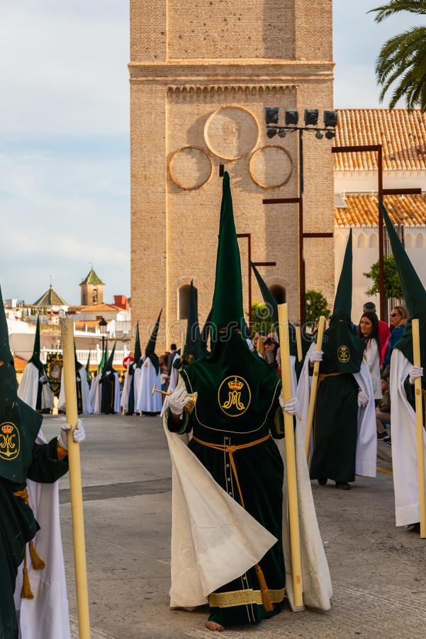 VELEZ-MALAGA, SPANIEN - 29. M?RZ 2018 Leute, die an der Prozession in der Karwoche in einer spanischen Stadt teilnehmen stockbild