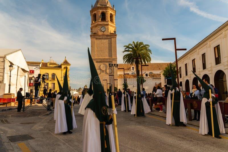 VELEZ-MALAGA, SPANIEN - 29. M?RZ 2018 Leute, die an der Prozession in der Karwoche in einer spanischen Stadt teilnehmen lizenzfreie stockfotografie