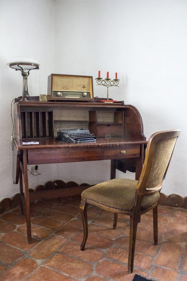 Velha mesa na velha casa em Ethno Willage fotos de stock