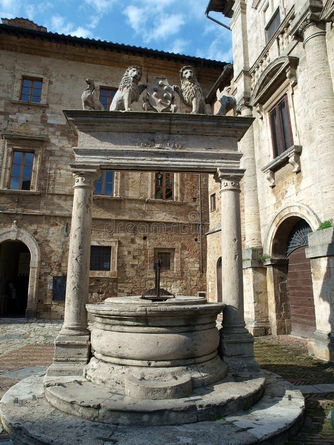 Velho bem na praça grandioso - Montepulciano imagem de stock royalty free