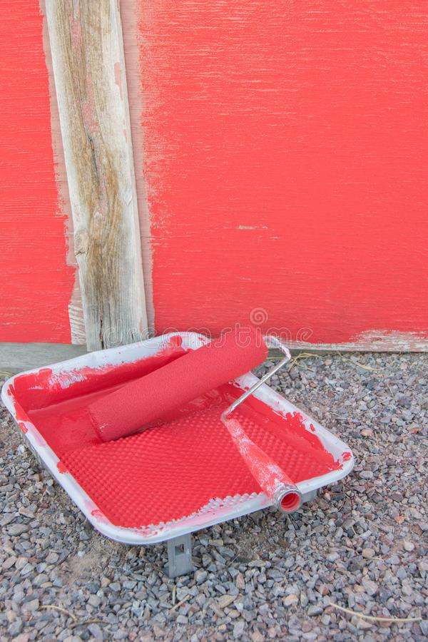 Velho desvaneceu o celeiro vermelho que está sendo pintado imagens de stock