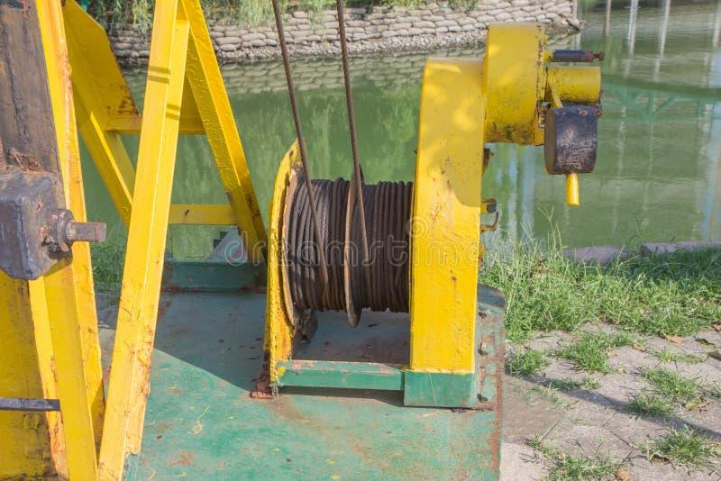 Velho e oxidado de uma máquina perto do reservatório mecanismo oxidado, pintado Máquina do metal imagem de stock royalty free