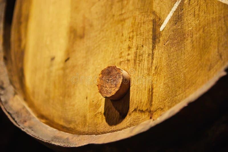 Velho envelheceu tambores de madeira tradicionais com vinho em um cofre-forte alinhado na adega fresca e escura em Itália, Porto, imagens de stock royalty free