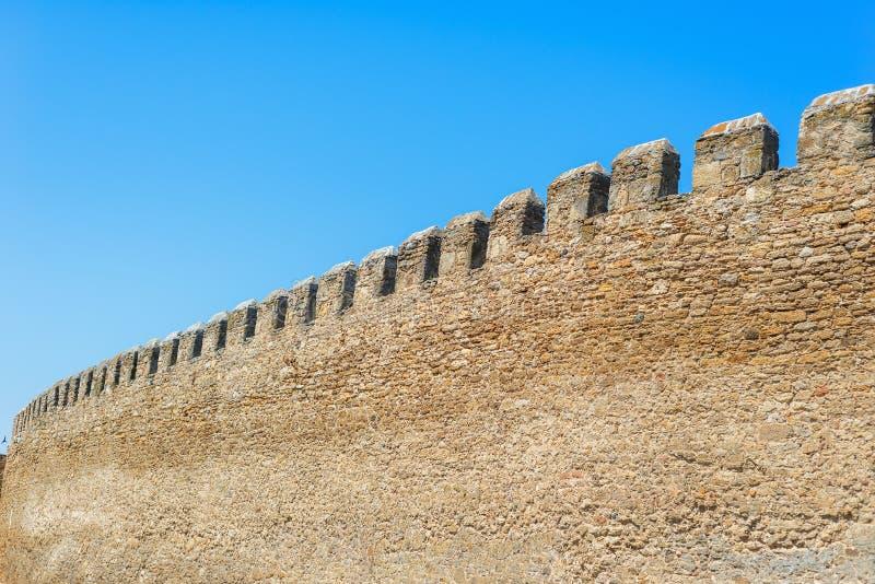 Velho muro da cidade no céu azul fotos de stock