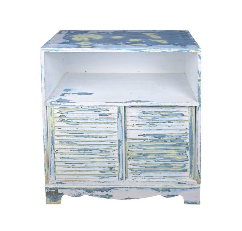 Velho pintou o armário de madeira com portas louvered isolado imagem de stock