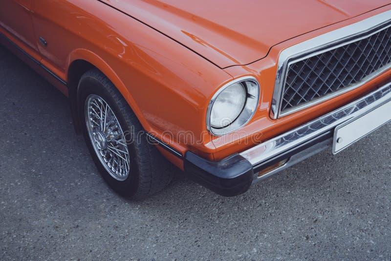 Velho restaurou o carro clássico estacionado na estrada Restauração de carros clássicos Vida nova de um carro retro Brilho de um  foto de stock royalty free