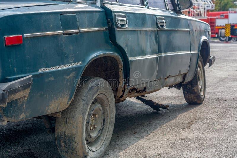 Velho uma máquina oxidada no dia da rua imagem de stock royalty free