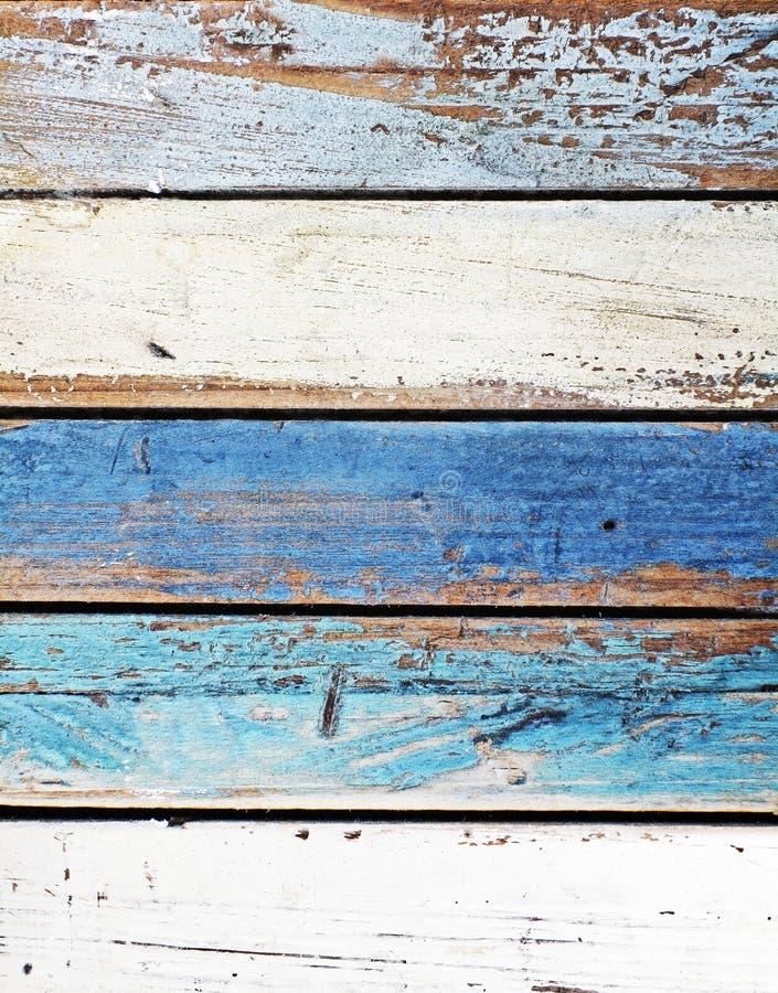 Velho vestido abaixo dos painéis coloridos de madeira fotos de stock