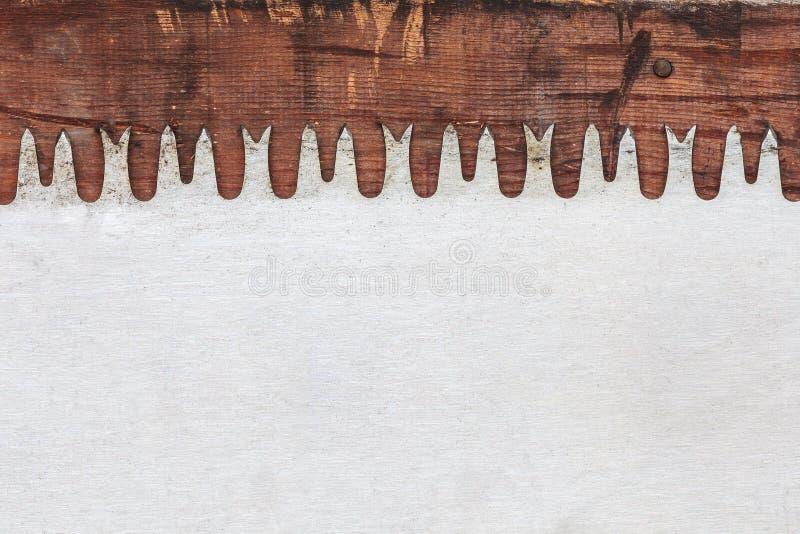 Velho viu a lâmina na madeira resistida imagem de stock royalty free