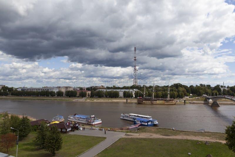VELIKIY НОВГОРОД, РОССИЯ - 8-ОЕ АВГУСТА 2015: Фото взгляда Volkhov Veliky Новгорода, и от высоты стоковое фото