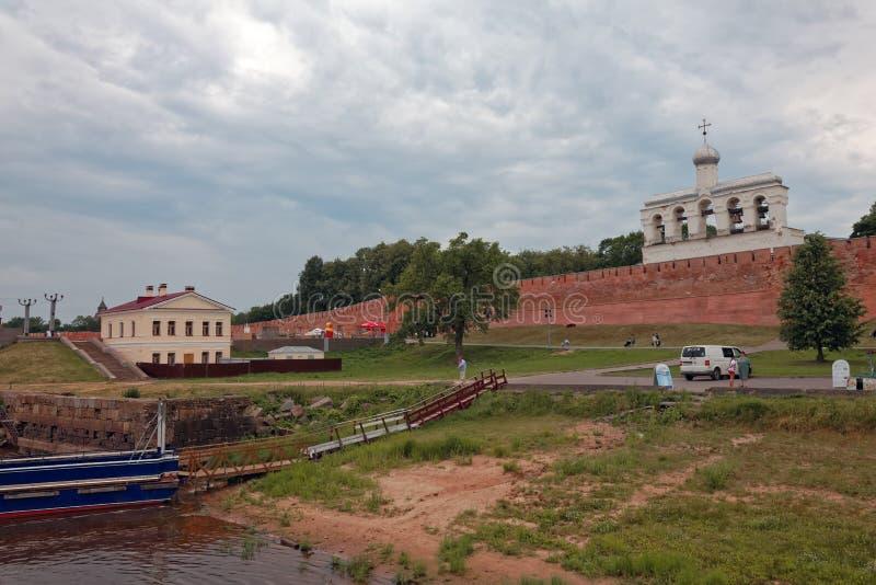 VELIKIY NOVGOROD, RÚSSIA - 21 DE JUNHO DE 2019: Paredes da cidade e torres velhas de Veliky Novgorod, Rússia Cais no rio de Volkh fotografia de stock