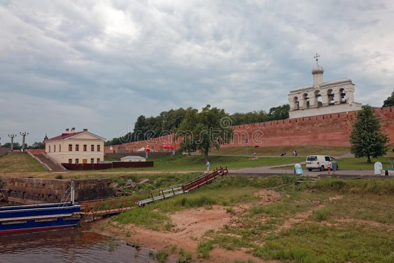 VELIKIY NOVGOROD, RUSSLAND - 21. JUNI 2019: Alte Stadtmauern und Türme von Veliky Novgorod, Russland Pier auf dem Volkhov-Fluss stockfotografie