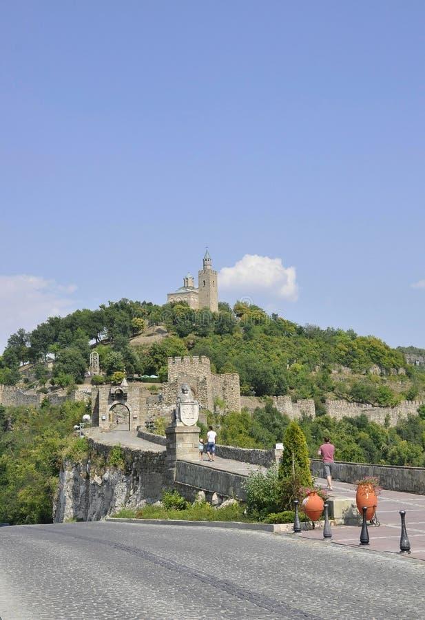 Veliko Tarnovo BG, o 15 de agosto: Fortaleza de Tsarevets e igreja patriarcal de Veliko Tarnovo em Bulgária imagens de stock